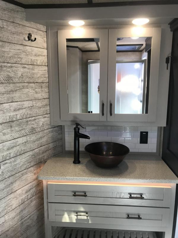 2021 Merhow 8316 RWS-A Farmhouse Interior Horse Trailer
