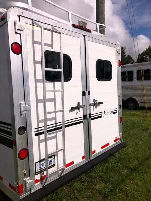 1998 Jamco Trailers 8' wide 4 horse w/14' lq and midtack Horse Trailer