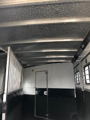 2004 Sundowner Trailers 8' wide 3 horse w/10'lq and generator Horse Trailer