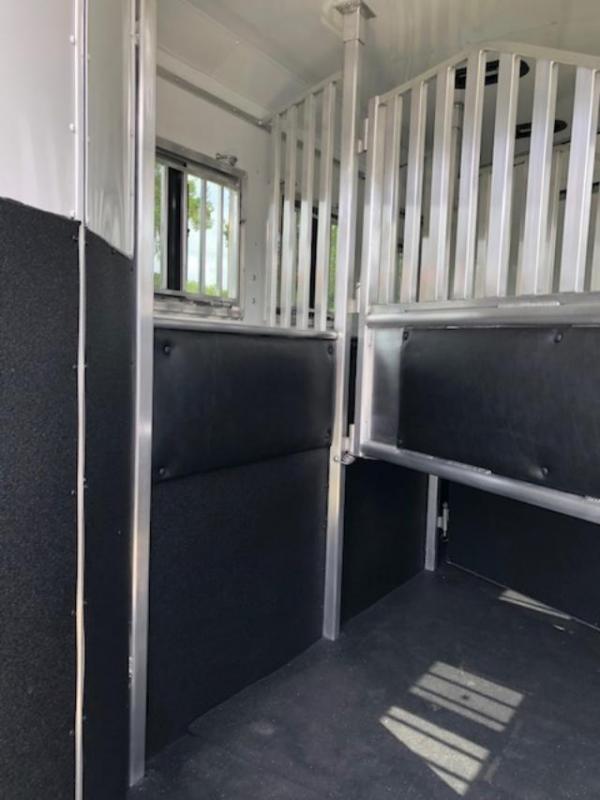 2020 Merhow Trailers 8' wide 3 horse w/14' lq sofa/dinette Horse Trailer
