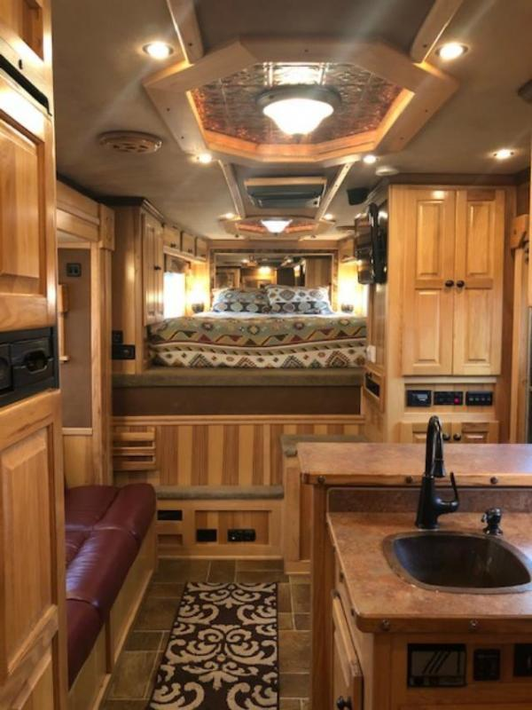 2007 Integrity Trailers 8' wide 3 horse w/12'lq and midtack Horse Trailer