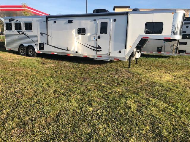 2022 Merhow Trailers farmhouse 8' wide 3 horse w/17' lq Horse Trailer