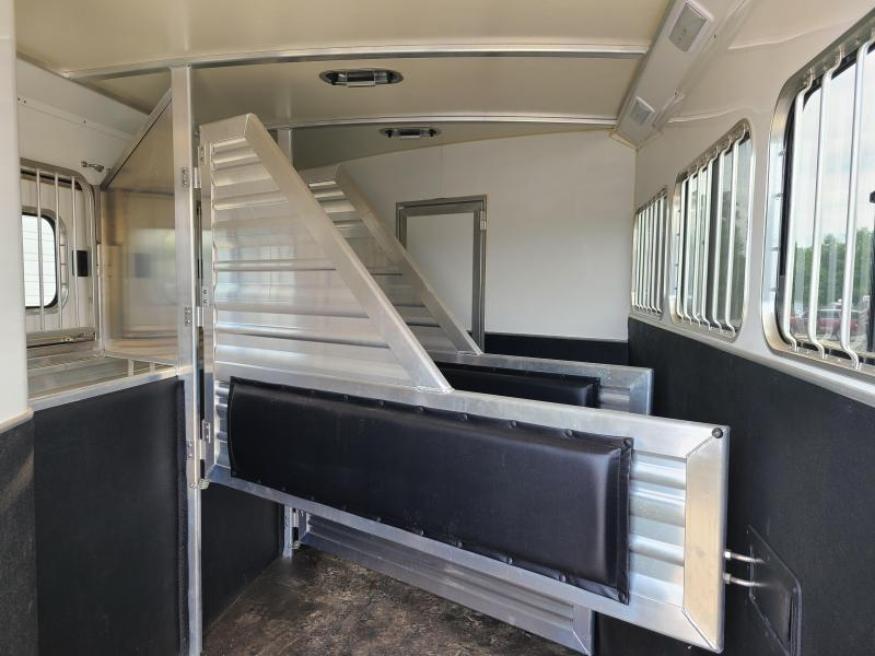 ***MANAGER'S SPECIAL***  2017 CIMARRON 3 HORSE WITH TRAIL BOSS LIVING QUARTERS