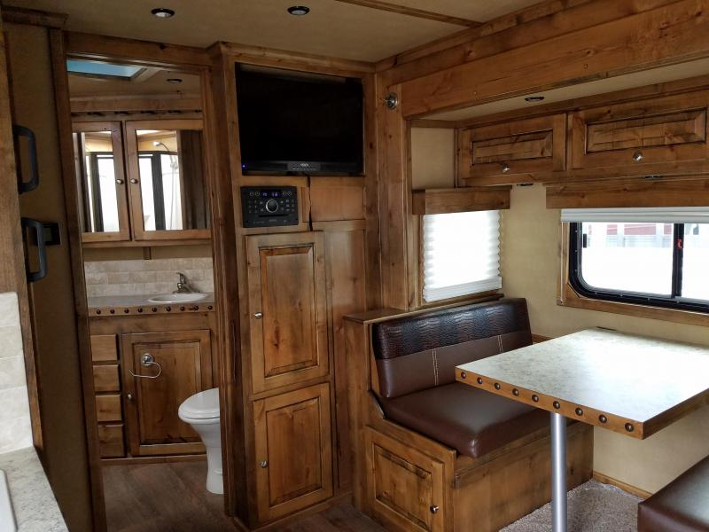 ***MANAGER'S SPECIAL***2018 Logan Coach RAZOR 3-Horse with Living Quarters