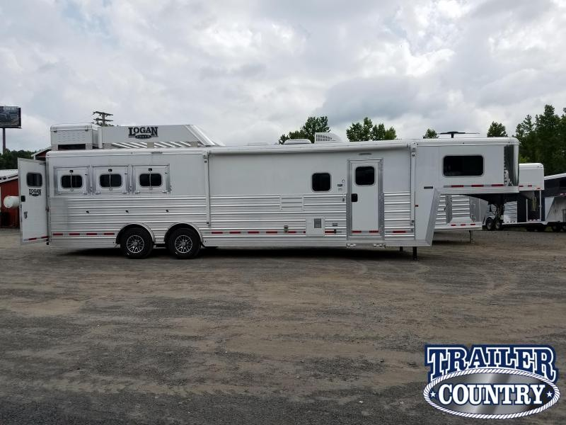 ***MANAGER'S SPECIAL***2017 Logan Coach RAZOR 3-Horse with Living Quarters
