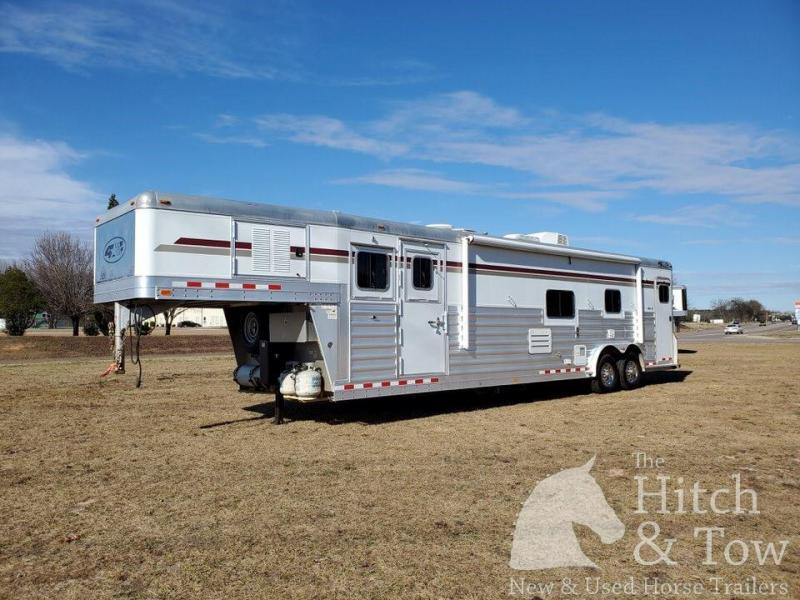 2010 4-Star Trailers Deluxe Horse Trailer
