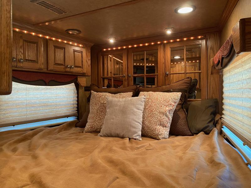2009 Bloomer 17.5 SW Double slide out Horse Trailer