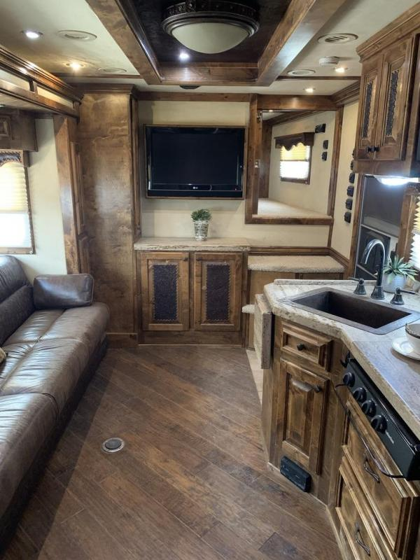 2008 Platinum Coach 17' Short Wall. Slide out Custom 4 Horse Trailer
