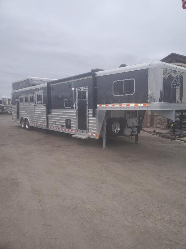 2018 Elite Trailers Reverse load slide out 4 Horse Trailer