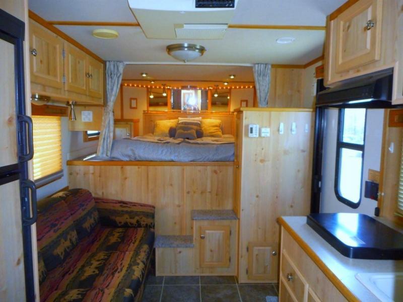 2005 Sundowner Sierra 3 Horse Slant Gooseneck Living Quarters Trailer