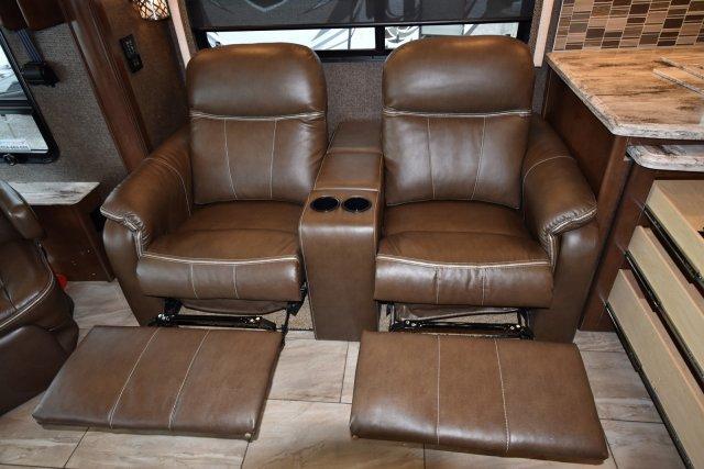 2017 Thor Motor Coach  3901
