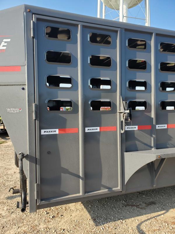 2022 Maxxim Industries Max6'8x32Tri-Axle Livestock Trailer