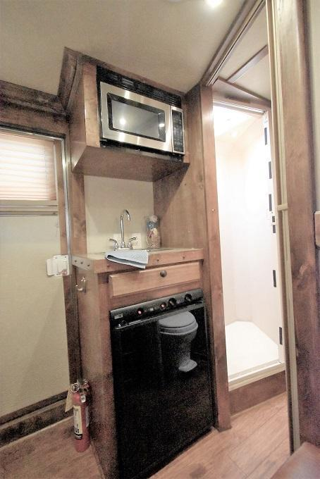 2008 Dream Coach Trailers LLC 7308 Horse Trailer