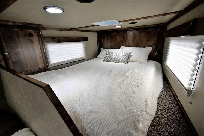 2021 Logan Coach Select 814 Sideload 5-Horse Trailer