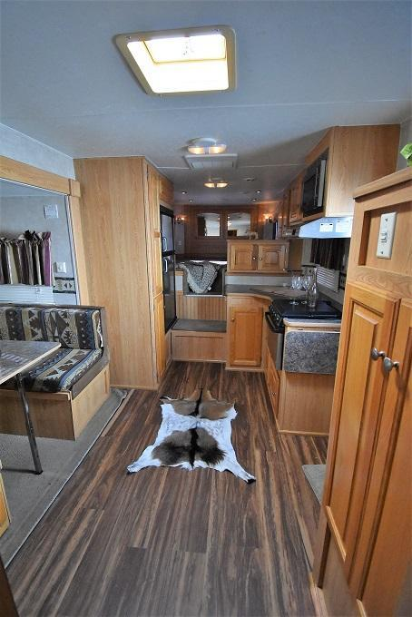 2006 Bison Trailers 8312 Stratus w/ Midtack Mudroom Horse Trailer