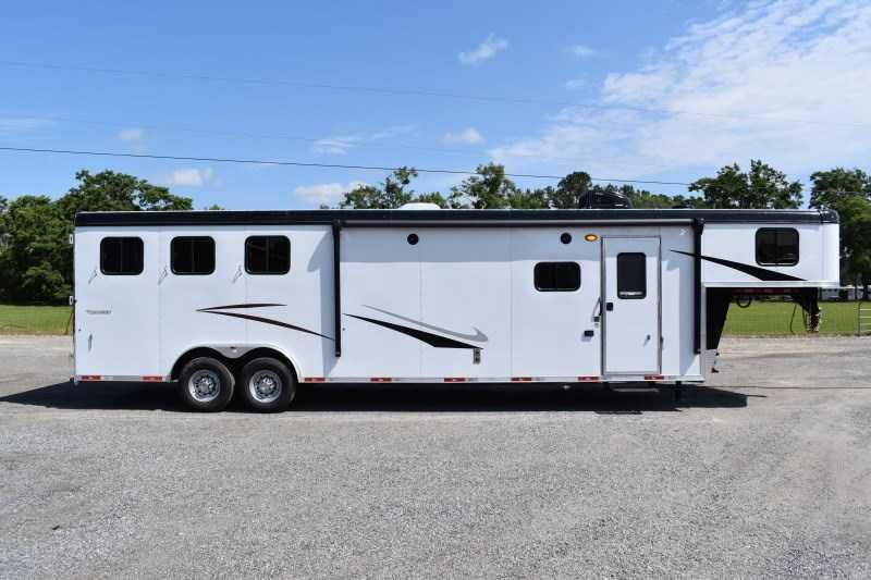 2022 Bison Trailers Ricochet 8313GBSO Horse Trailer