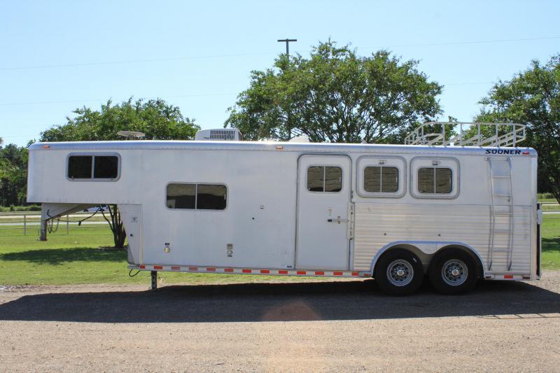 2000 Sooner 3 Horse with 8ft Living Quarter 8ft Wide Horse Trailer