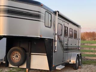 2006 Trail-Et 3 Horse Slant Load Gooseneck Trailer w/ Living Quarters