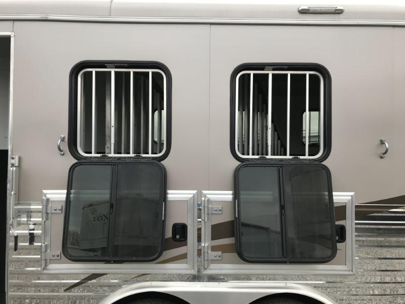 2015  3 HORSE  BISON GOOSENECK WITH LIVING QUARTERS