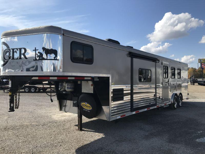 2015  3 HORSE  BISON GOOSENECK WITH LIVING QUARTERS