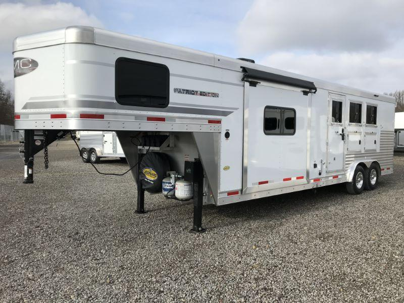 2021  3 HORSE  SMC GOOSENCK WITH LIVING QUARTERS