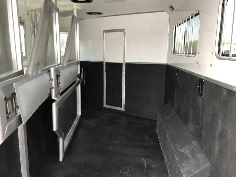 2021  4 HORSE  SMC GOOSENCK WITH LIVING QUARTERS