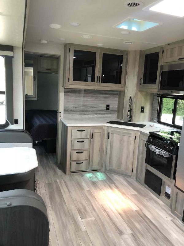 2021 Winnebago Voyage V3033BH Travel Trailer RV