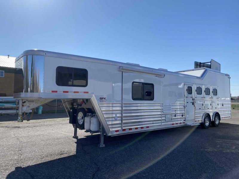 """2022 Cimarron 4 Horse Side Load with 14'8"""" Living Quarter Trailer"""