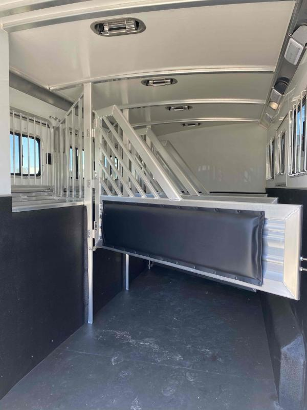 2020 Cimarron Norstar 4 Horse with Trainer Tack and Broom Closet