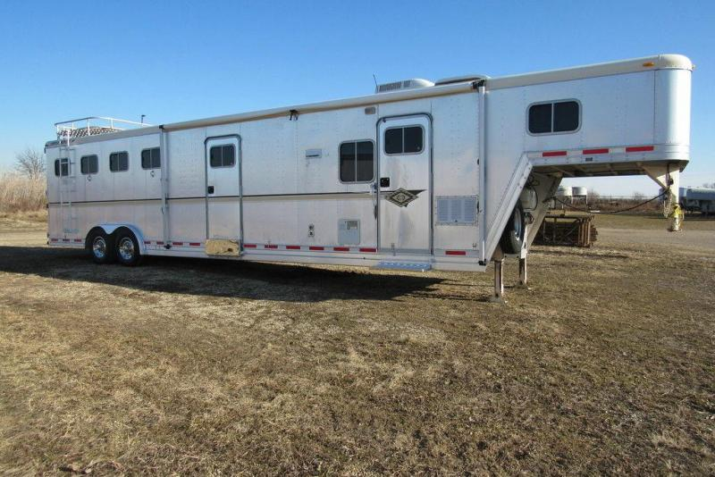 2000 Featherlite Trailers 4 Horse w/ 8'SW Living Quarters and Slide-Out