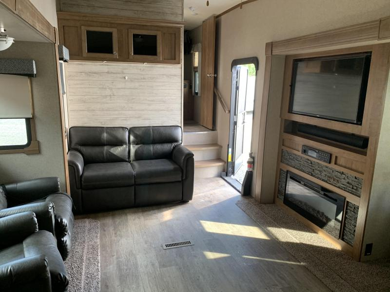 2019 Forest River ROCKWOOD Signature 8290BS Fifth Wheel Camper